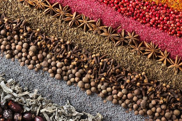 テーブルに散らばった調味料のコレクション。ラベル飾りのスパイス背景