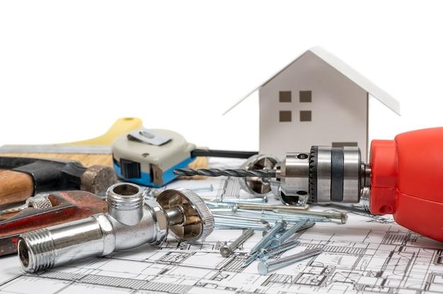 Сборник строительных инструментов на белом фоне. концепция ремонта и обслуживания.