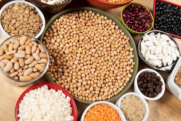 다양한 시리얼 품종과 식용 건조 씨앗을 수집합니다. 섬유 공급원의 예