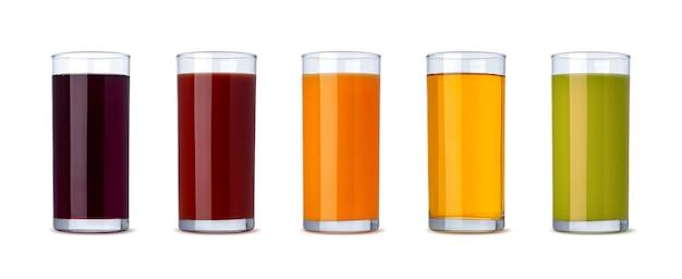 다양한 주스, 오렌지, 체리, 포도, 토마토, 사과의 컬렉션입니다. 클리핑 패스가 있는 흰색 배경에 격리된 유리에 신선한 야채와 과일 주스