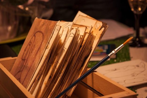 나무 상자에 쌓인 판지에 있는 그림 모음입니다.