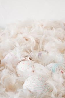 羽根のヒープ間のイースターチキン卵のコレクション