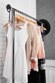 ラックにぶら下がっている婦人服のコレクション