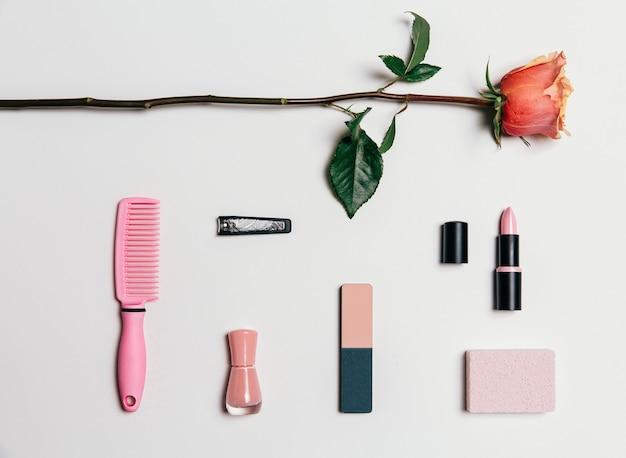 白地にピンクを基調としたフェミニンなアクセサリーのコレクション。上からの眺め。 Premium写真