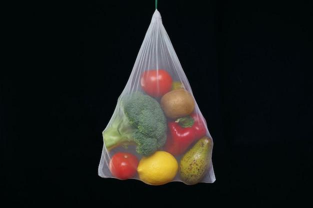 생분해 성 가방에 신선한 야채와 과일의 수집. 차단. 제로 폐기물 개념.
