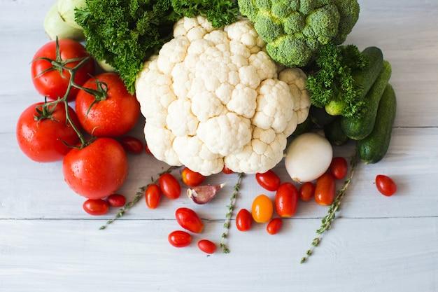 Сбор свежих овощей на вид сверху кухонного стола