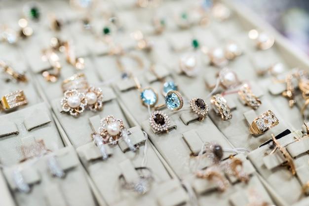 황금 반지와 귀걸이 컬렉션을 닫습니다.