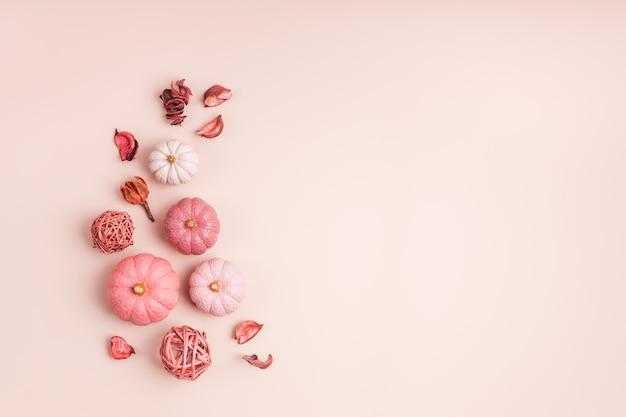 Коллекция гипсовых тыкв ручной работы. осенние сезонные праздники фон в розовых тонах. поделки своими руками из тыкв на хэллоуин, день благодарения, осеннее украшение