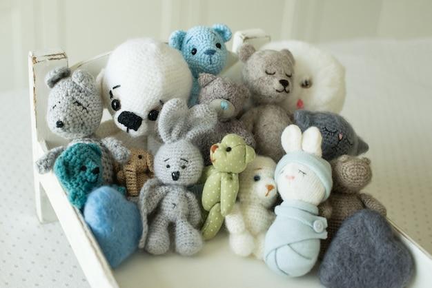 手作りおもちゃのコレクション。ニット製品、フェルトウール、綿ステッチ動物。