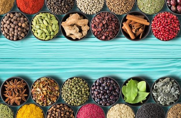 청록색 테이블 배경에 인도 향신료와 허브의 컬렉션입니다.