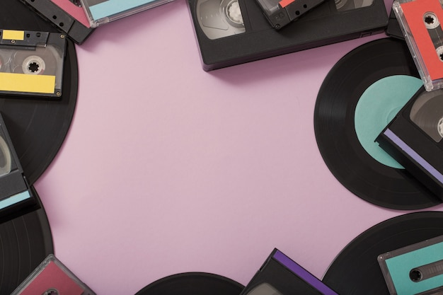 Коллекция музыкальных лент, пластинок и видеокассет на бумаге. ретро концепция