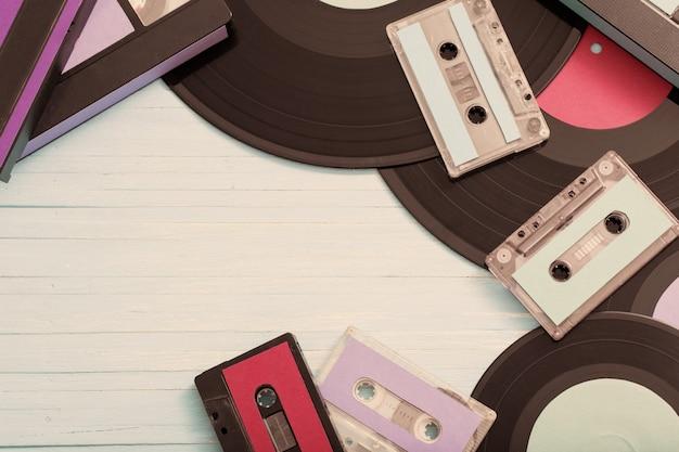 Коллекция музыкальных лент, пластинок и видеокассет по дереву. ретро концепция