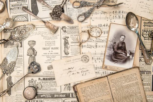 古い新聞やオブジェクトのコレクション