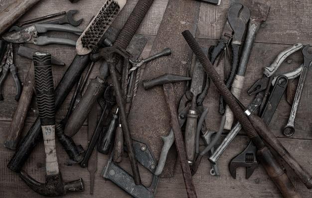 ラフワークベンチ木製の古い木工ハンドツールのコレクション