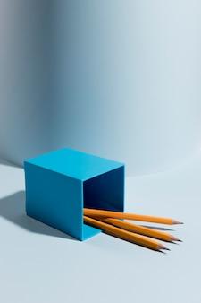 机の上の鉛筆のコレクション