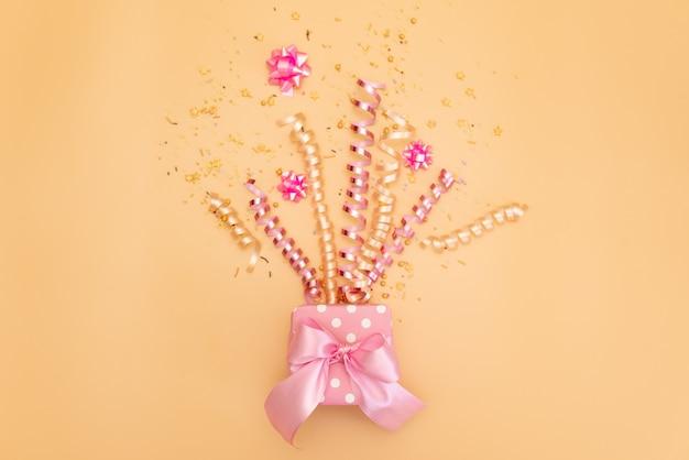 ギフト用の箱のピンクの誕生日パーティーオブジェクトのコレクション