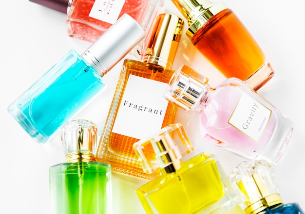 Коллекция маленьких парфюмерных бутылок