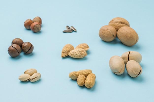 皮をむいていないナッツのコレクション