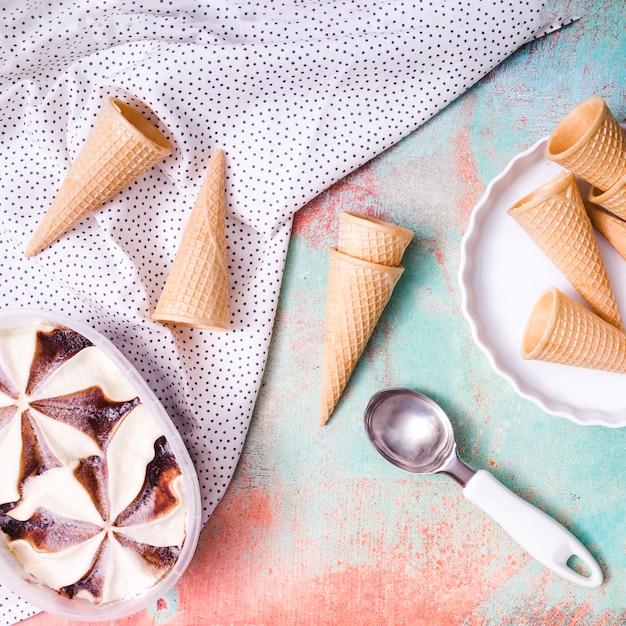 Коллекция вафельных стаканчиков и мороженого
