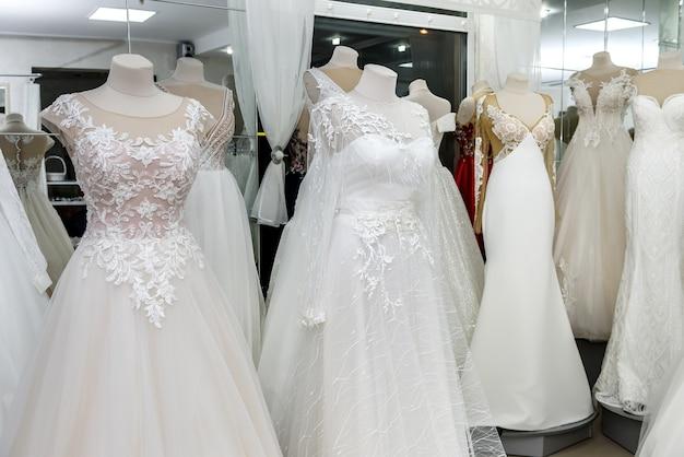 Коллекция свадебных платьев в витрине магазина