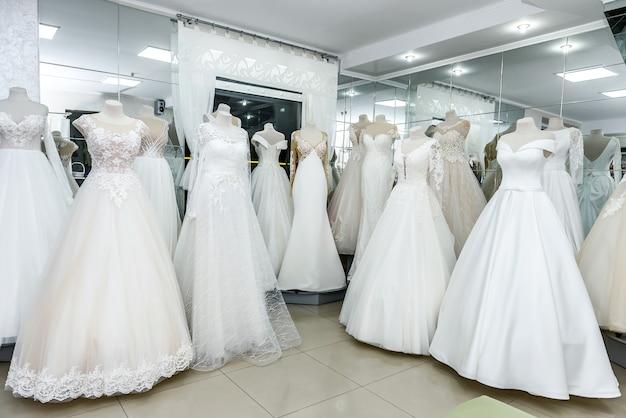 ショップのショーケースにあるウェディングドレスのコレクション