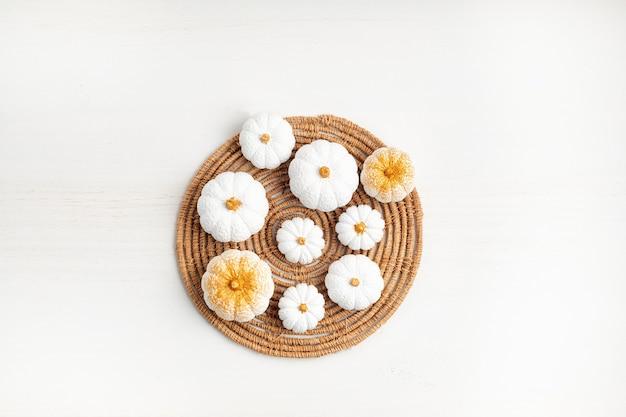 Коллекция белых гипсовых тыкв ручной работы. осенние сезонные праздники фон. поделки из тыкв на хэллоуин, день благодарения, осеннее украшение