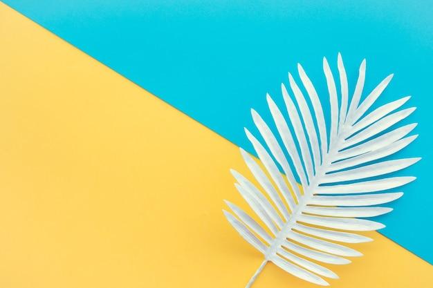 흰색 열 대 잎, 색 공간 배경으로 단풍 식물의 컬렉션입니다. 추상 잎 장식 디자인입니다. 표지 서식 파일에 대 한 이국적인 자연