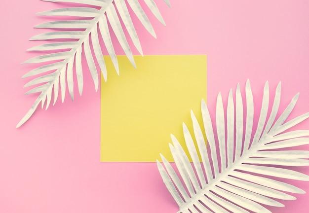 흰색 열 대 잎, 기하학적 색 공간 배경으로 단풍 식물의 컬렉션입니다. 추상 잎 장식 디자인입니다. 표지 서식 파일에 대 한 이국적인 자연