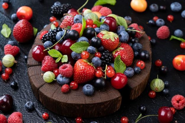 黒い表面、上面に野生の果実のコレクション