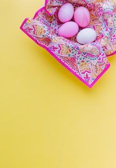 Raccolta di uova di pasqua rosa in tovagliolo