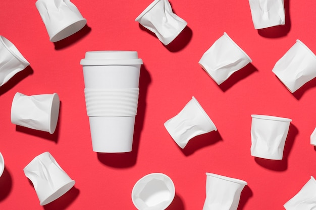 Collezione di bicchieri di plastica sul tavolo