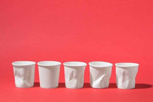 Collezione di bicchieri di plastica con copia spazio