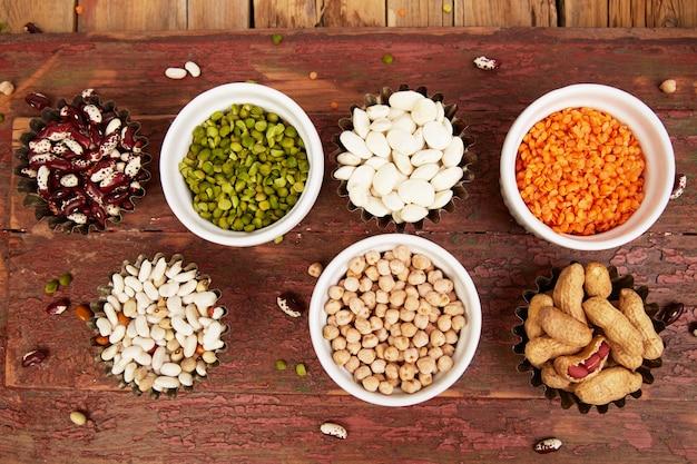 豆とマメ科植物のコレクションセット。さまざまなレンズ豆のボウル