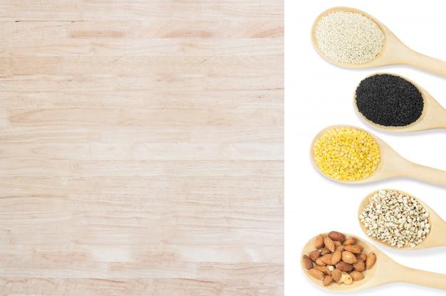 白い背景に、平面図上で分離されて木製のスプーンで豆とゴマのコレクションセット