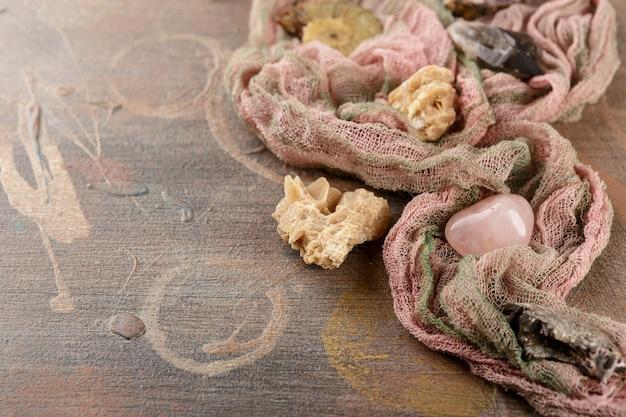 古い木製のテーブルの上の鉱物と石のコレクションセット。