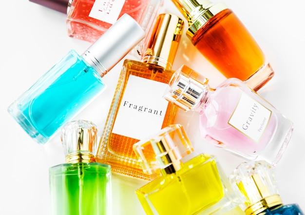 Collezione di piccole bottiglie di profumo