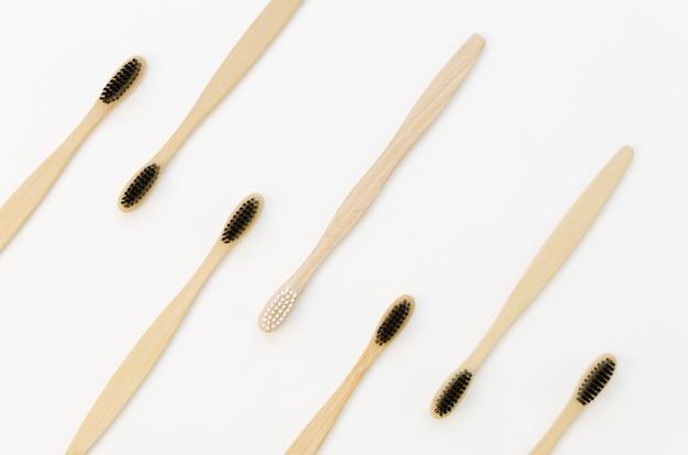 Collezione di spazzolini da denti con solo uno bianco