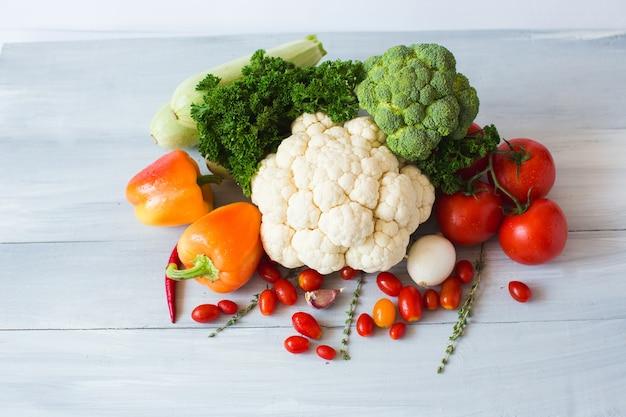 Сбор овощей на деревянном столе. вид сверху.