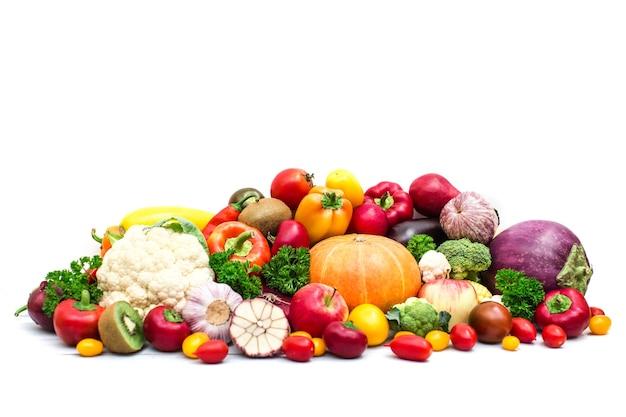 Сбор овощей и фруктов на белом фоне.