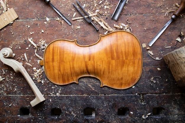 Collezione di strumenti per la lavorazione del legno vintage su un banco da lavoro grezzo