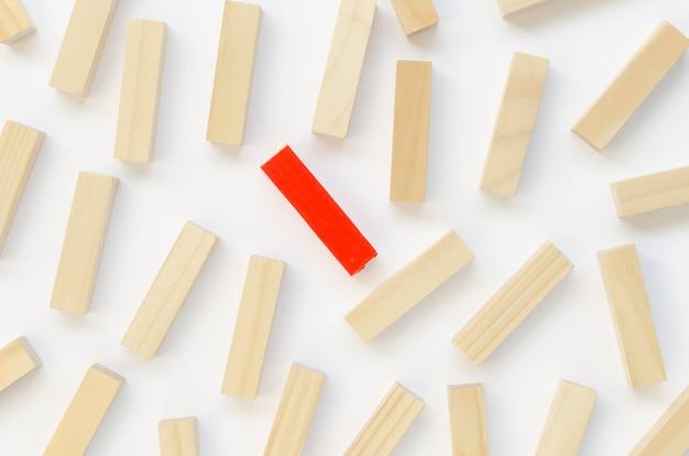 Collezione di mattoni di legno accanto a uno rosso