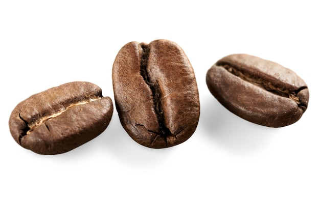 Коллекции жареных и красных кофейных зерен, выпейте чашку кофе, изолированные на белом фоне