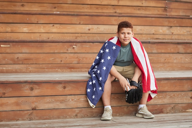 미국 국기와 함께 대학 야구 선수