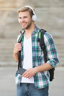 대학 교육 개념입니다. 대학 생활. 대학생 헤드폰 스마트폰. 온라인 코스. 오디오 북 개념입니다. 교육 기술은 물리적 하드웨어 소프트웨어와 교육 이론을 사용합니다.