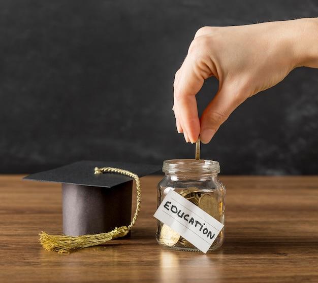 大学の資金と卒業キャップの手配