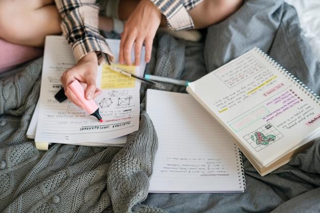 Колледж девушка учится на экзамен