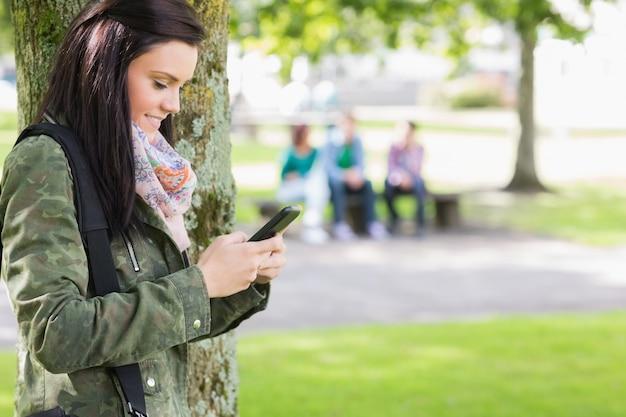 公園でぼんやりした学生との大学生のテキストメッセージ