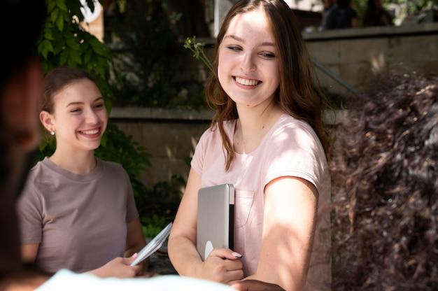 一緒に勉強している女子大生