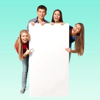 空白の看板を持っている大学生