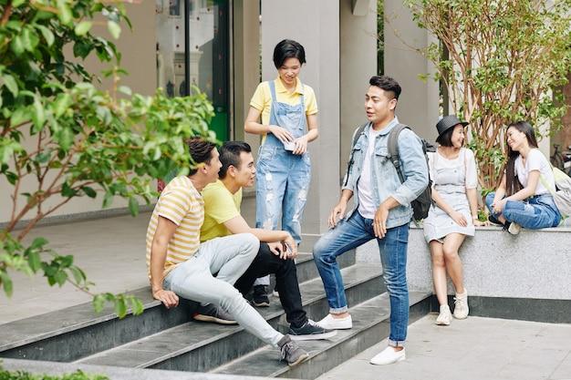 キャンパス内の大学生